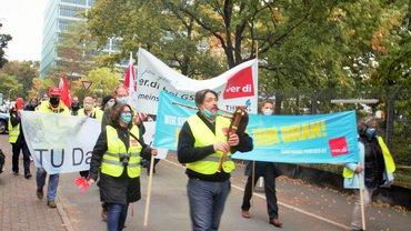 Beschäftigte der TU Darmstadt unterstützen Kolleginnen und Kollegen der GSI im Streik